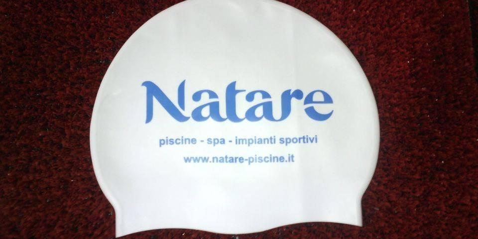 ab47ea9571f5 NataRe effettua servizio di personalizzazione cuffie per il nuoto con il  logo della propria società, gruppo sportivo e/o piscina.