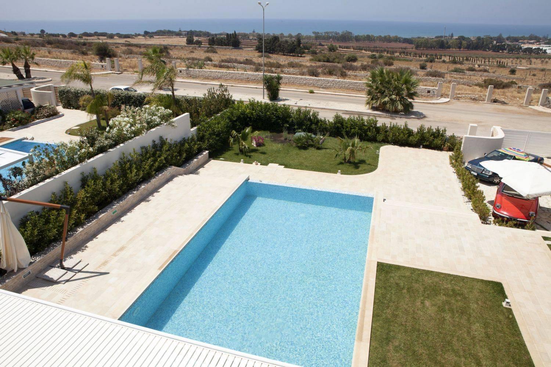 vasca rettangolare scala : Piscina in cemento armato a sfioro con scala a Ragusa (Sicilia)