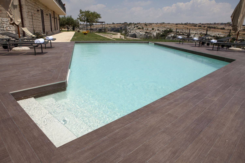 Piscina a skimmer in cemento armato con solarium ragusa - Piscina cemento armato ...
